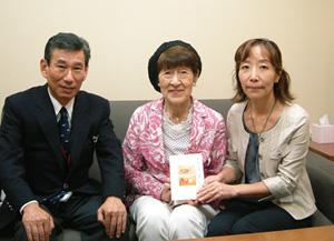 フロントスタッフの小沢様(左)と著者の志村様(中央)、担当編集者